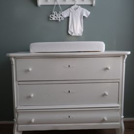witte commode en kapstok