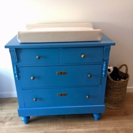 Felblauwe commode