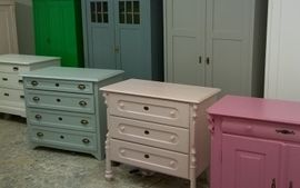 Oude antieke commodes in brocante stijl